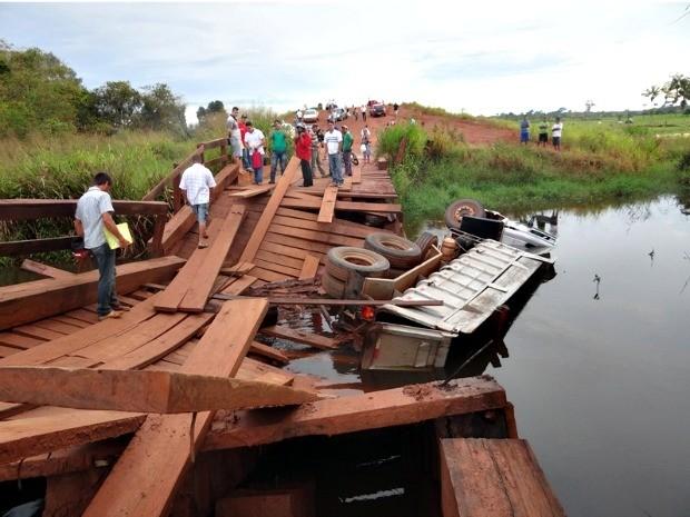 Caminhão caiu após ponte sobre o Rio Preto, em São Miguel do Guaporé, RO, ceder (Foto: Polícia Militar de São Miguel do Guaporé/Divulgação)