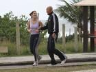 Deborah Secco corre na orla do Rio