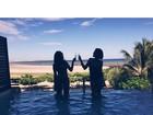 Isabella Santoni curte férias e brinda com Gabi Lopes