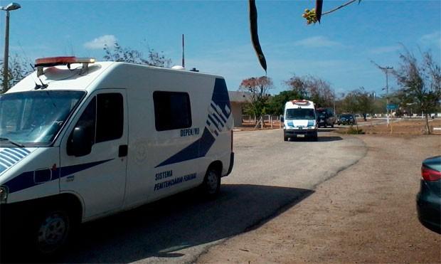 Carros do Sistema Penitenciário Federal levaram os presos do aeroporto para o Presídio Federal de Mossoró (Foto: Carlos Adams/G1)