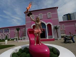 Ativista do Femen faz protesto em 'Casa dos Sonhos da Barbie' montada pela Mattel em Berlim (Foto: Pawel Kopczynski/Reuters)