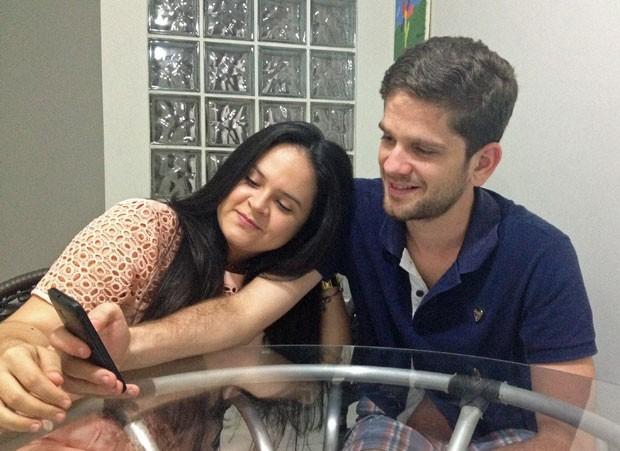 Rafaella e Lucas estudam juntos para o Enem usando o aplicativo do G1. (Foto: Divulgação)