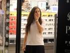 De cabelo liso, Lívian Aragão vai às compras com a família