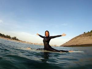 Carol Nakamura surfando (Foto: Marcos Serra Lima/EGO)