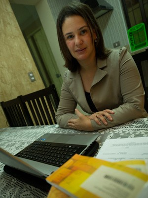 Adriana tem cerca de 60% da renda comprometida com dívidas (Foto: Flavio Moraes/G1)