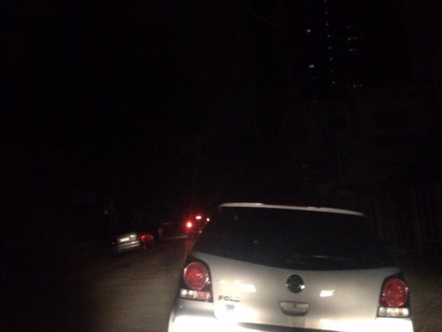 Diversas ruas de Santos ficaram sem luz (Foto: Alexandre Lopes / G1)