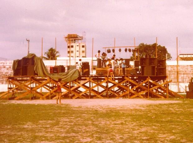 Palco do primeiro grande show do Stress, em 1982, foi feito pelos próprios músicos. (Foto: Rossevelt Cavalcante/ Arquivo pessoal)