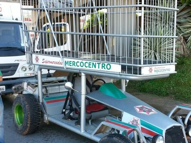 Monoposto acoplado a um carrinho de supermercado gigante foi apreendido (Foto: PRF/Divulgação)
