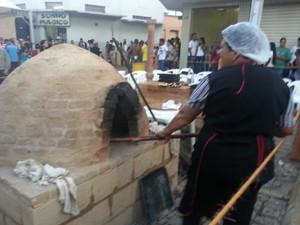 Forno montado no meio da rua em Itapecerica (Foto: Anna Lúcia Silva/ G1)