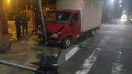 Caminhão bate em poste no Centro de Campinas e assusta moradores