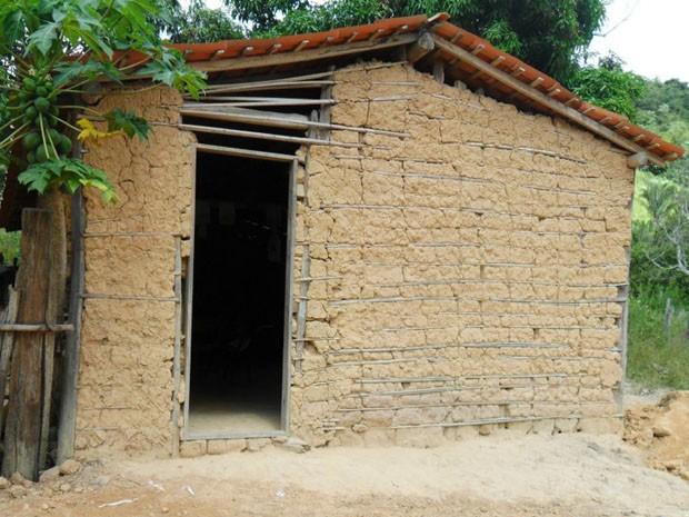 Unidade municipal de ensino funciona em casa de taipa (Foto: Antônia Silva da Cruz)