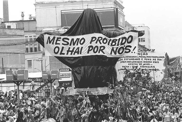 31 de março de 1989 – Joãosinho causou polêmica com uma imagem do Cristo Redentor vestido de mendigo na Beija-Flor; a escola foi vice-campeã naquele ano