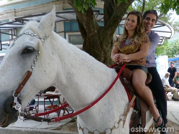 Que fofos! Abelardo é muito romântico com Bernardete (Foto: Malhação/ TV Globo)