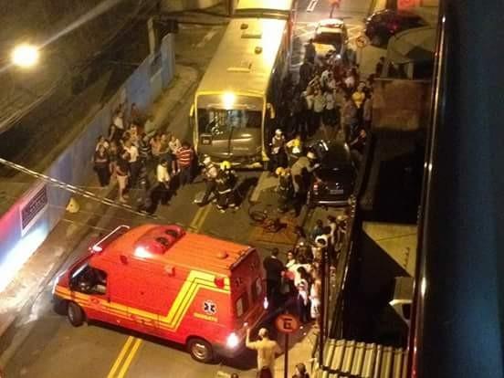 Acidente envolveu carro de passeio e ônibus, em Vitória (Foto: Thiago Souza/ VC no ESTV)