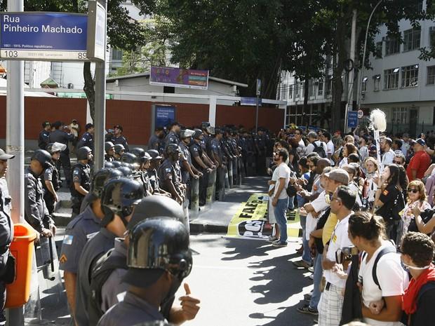 Cerca de 150 pessoas fizeram, na manhã desta quinta-feira (10), uma concentração no Largo do Machado, na Zona Sul do Rio, de onde partiram em passeata rumo ao Palácio Guanabara (Foto: Alexandre Vieira/Agência O Dia/Estadão Conteúdo)