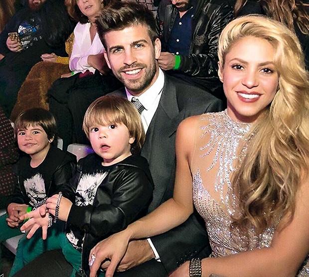 Com o marido, Gerard Piqué, e os filhos, Milan e Sasha  (Foto:  )