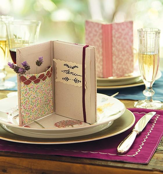 O caderninho com bolso é menu, decora a mesa e já vira uma lembrancinha (Foto: Foto Cacá Bratke)