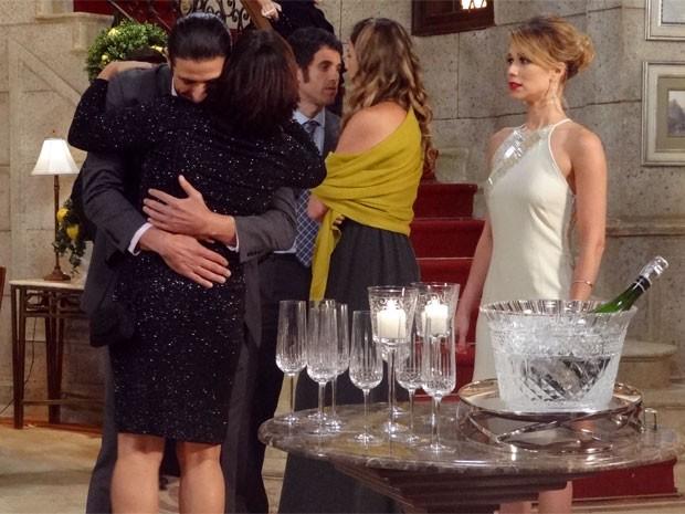 Abraço longo demais que Nando dá em Roberta deixa Juliana irritada (Foto: Guerra dos Sexos / TV Globo)