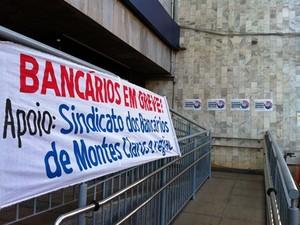 Bancários continuam em greve após 9 dias. A paralisação atinge 10 cidades no Norte de MG (Foto: Michelly Oda/ G1)