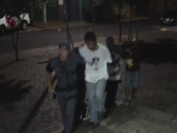Três suspeitos foram presos após fazer uma família refém na Vila Tibério em Ribeirão Preto (Foto: Ícaro Ferracini/EPTV)