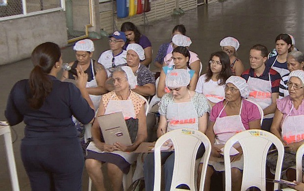 Participantes aprenderam técnicas para manusear alimentos (Foto: Amazonas TV)