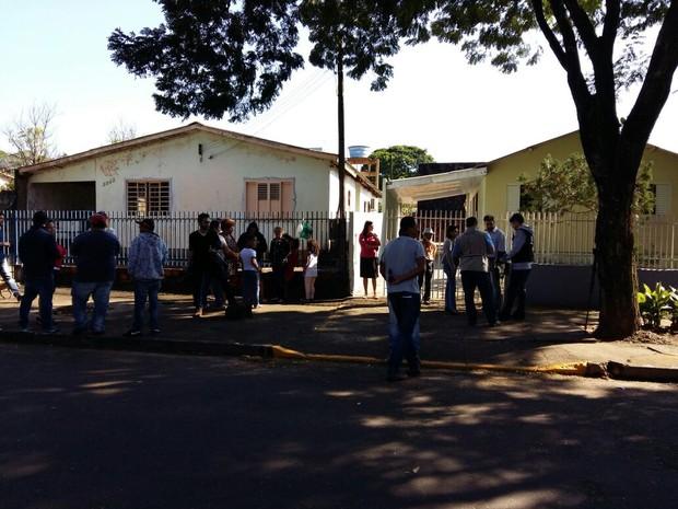 Vizinhos estranharam ausência de aposentada (Foto: Roberto Porto/RPC)