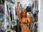 Aos 43, Thalia exibe corpão de biquíni e convida: 'Quem vai à praia comigo?'