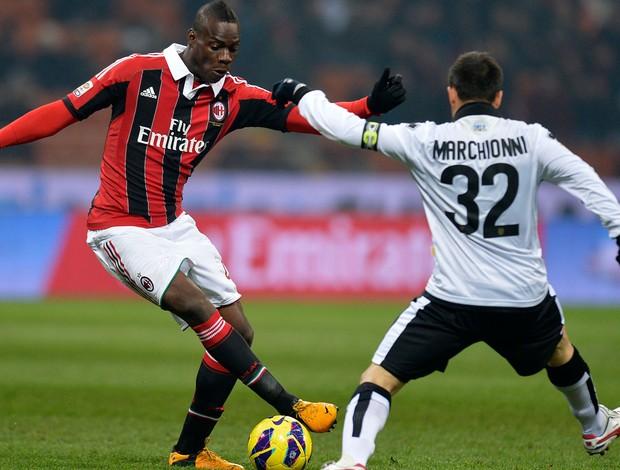 Balotelli e Marco Marchionni Milan x Parma (Foto: AFP)