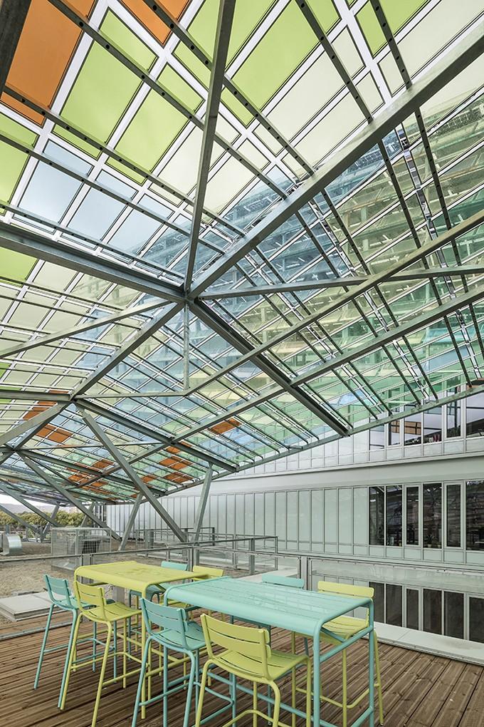 Edifício às margens do Sena imita traços coloridos de Monet (Foto: Divulgação)