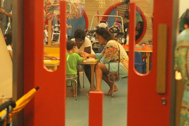 Juliana Paes e babá brincam com Pedro em parquinho (Foto: Daniel Delmiro/Ag News)