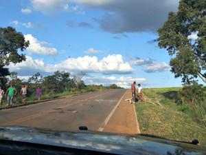 Indígenas cobram pedágio dos motoristas que passam pela BR-070 (Foto: Assessoria/ PRF)