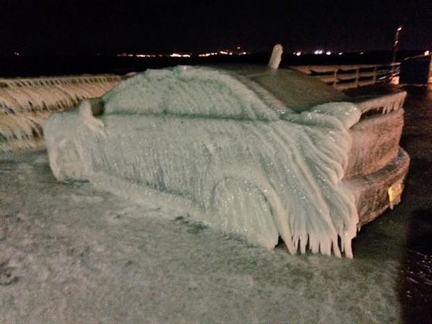 Mitsubishi Lancer de Justin Yelen congelou após passar noite estacionado na margem do Lago Erie (Foto: Reprodução/Twitter)