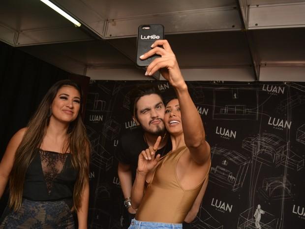 Simone e Simaria com Luan Santana em show em Limoeiro, interior de Pernambuco (Foto: Felipe Souto Maior/ Ag. News)