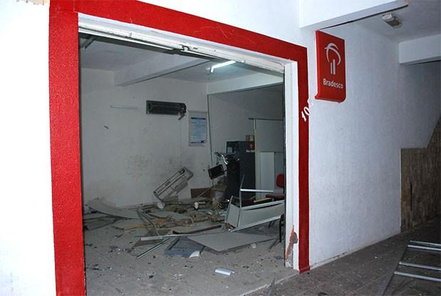 Agência do Bradesco ficou partialmente destruída com a força da explosão; criminosos usaram dinamite (Foto: Leonardo Ribeiro/Angicos Notícias)