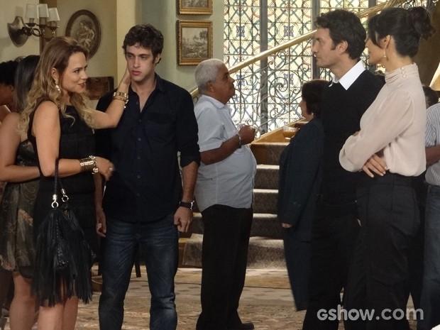 Shirley não perde a chance de provocar Verônica, que não gosta, claro (Foto: Em Família/TV Globo)