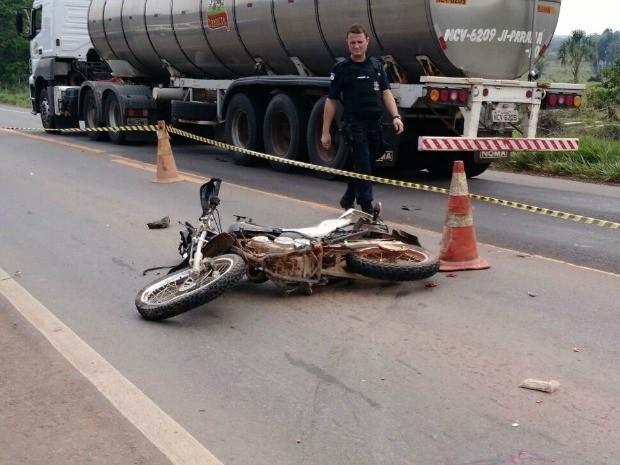 Condutor de moto teve grave fratura na perna esquerda (Foto: Diário Central/Reprodução)