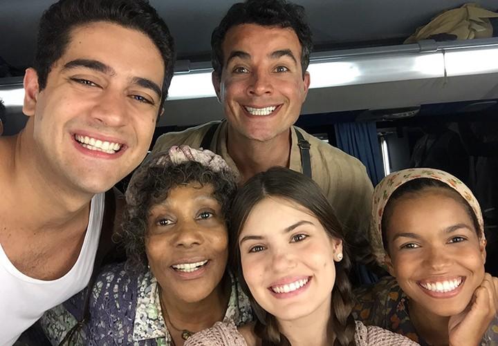 Miguel Rômulo, Anderson Di Rizzi, Dhu Moraes e Camila Queiroz posam com Jeny (Foto: Arquivo pessoal)