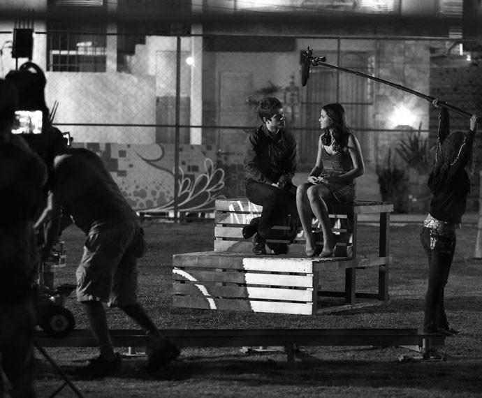 E antes da cena ir ao ar na TV, tem muito trabalho, como neste clique, em que os atores são ensaiados pelo diretor Oscar Francisco (Foto: Raphael Dias/Gshow)