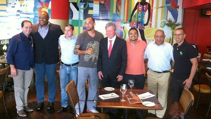 Carlão Barreto durante almoço em Manaus com o prefeito Artur Neto e o presidentede da FEMMA sobre seletiva de MMA na região norte (Foto: Isabella Pina)