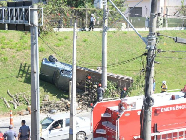 Motorista fica ferido após tombar caminhão em avenida de Sorocaba (Foto: Arquivo pessoal/ Júlio Leite)