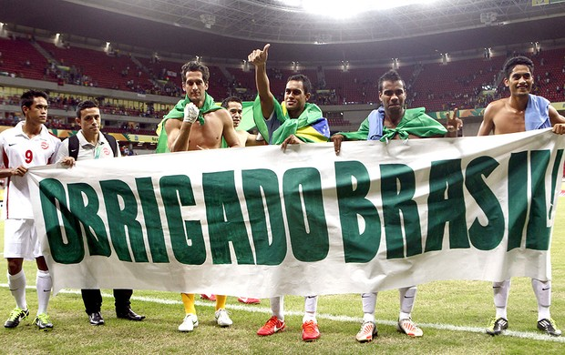 Taiti faixa agradecimento Brasil jogo Uruguai (Foto: EFE)