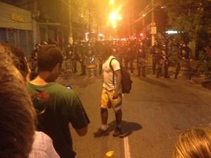 Manifestantes provocam Batalhão de Choque: 'vocês são explorados', disse um deles (Foto: Luís Bulcão/G1)