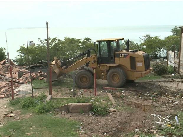Barracos foram destruídos as margens da Avenida Ferreira Gullar, em São Luís.  (Foto: Reprodução/TV Mirante)