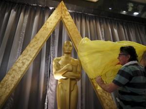 Entrada do Dolby Theatre recebe ajustes na decoração na véspera da cerimônia (Foto: Lucy Nicholson / Reuters)
