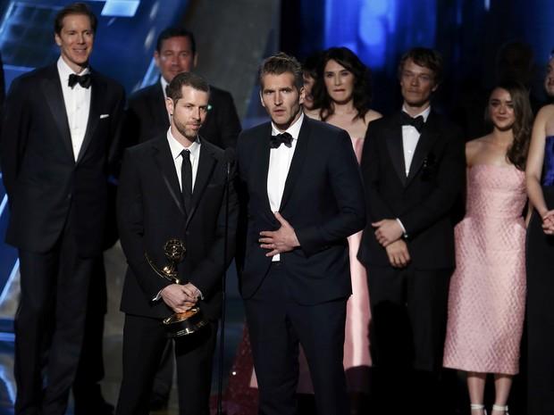 D.B. Weiss e David Benioff, produtores de 'Game of Thrones', sobem ao palco para receber o prêmio de melhor série dramática no Emmy 2015 (Foto: REUTERS/Lucy Nicholson)