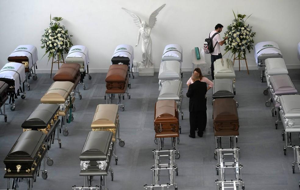 Caixões dos jogadores da equipe da Chapecoense e de outras vítimas da tragédia são vistos em Medellín, na Colômbia (Foto: Raul Arboleda/AFP)