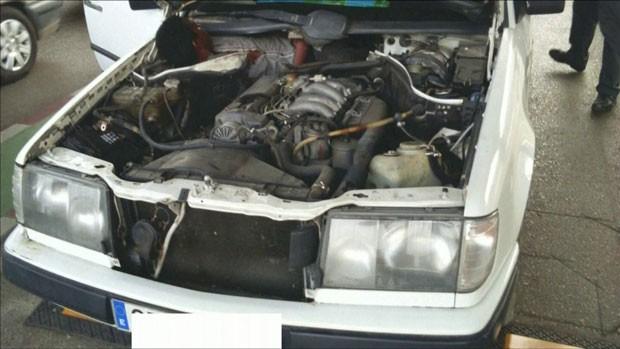 O carro foi parado e inspecionado depois que a polícia percebeu que a placa não correspondia ao veículo (Foto: Reuters)