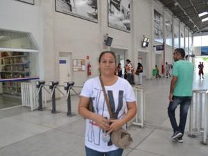 Luciana é usuária do transporte público de Mogi das Cruzes e a favor da cobrança nas catracas nos terminais (Foto: Maiara Barbosa/ G1)