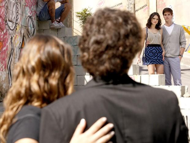 Rola um constrangimento na hora do encontro entre os casais (Foto: Cheias de Charme / TV Globo)