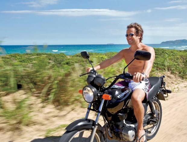 Andando de moto sem camisa Mundomoto